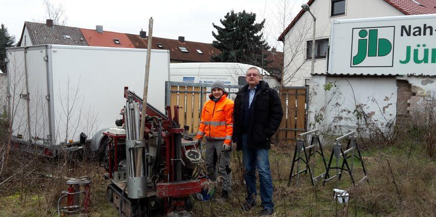 Erste Aktivität: Das Bohrgerät für die Sondierungen am Grundstück